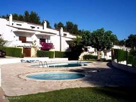 Overzicht van het wijkje Montmar met een eigen zwembad en een apart kinderbad.