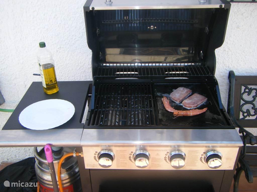 Als u liever buiten kookt; er staat een 4 pits BBQ met grill gedeelte en een bakplaat.