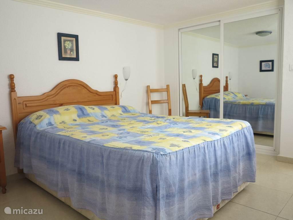 Op slaapkamer 2 staat een tweepersoonsbed en een ruime inbouwkast.