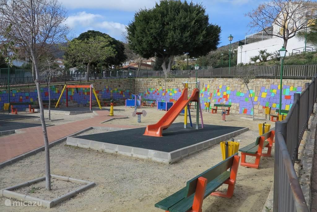 Voor de kinderen is er een speeltuin schuin tegenover de villa.