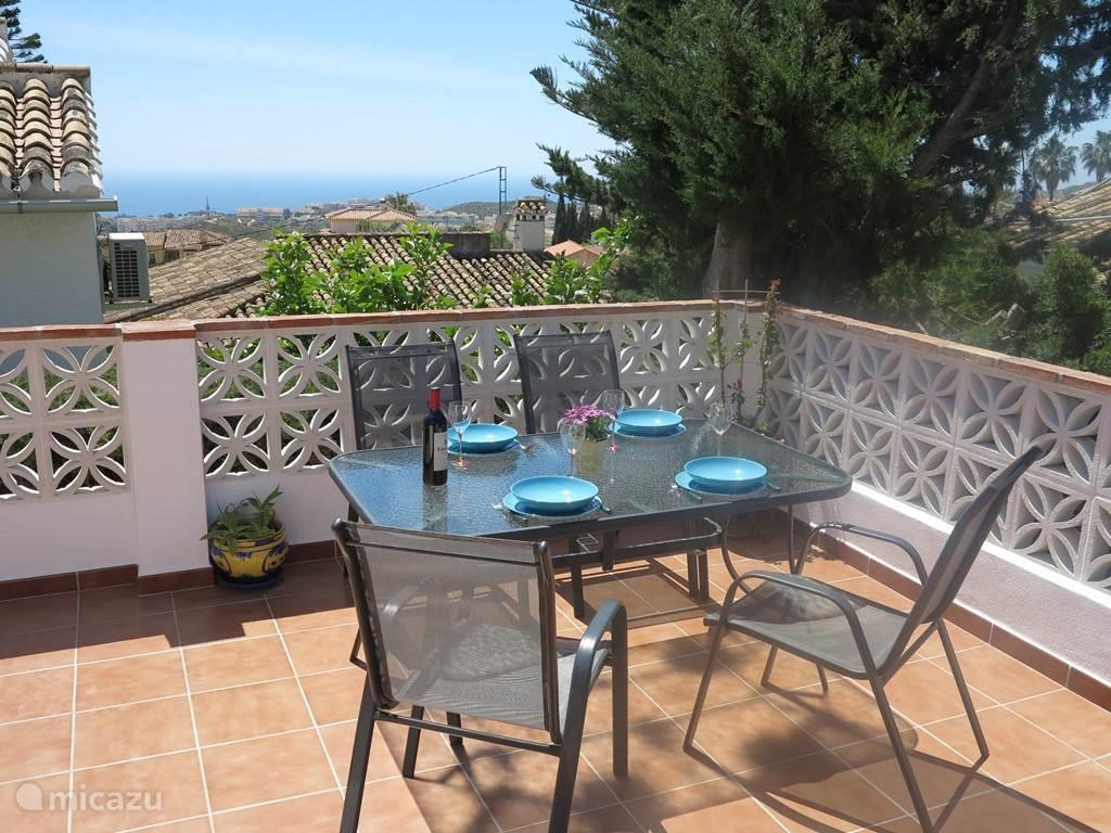 Op het achterterras kunt u heerlijk rustig lunchen, barbecueën of later op de avond ontspannen met een boek en een glaasje Sangria.