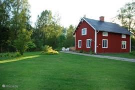 Op ongeveer 60 km ten noorden van Karlstad, ligt het cultuurdorpje Ransäter (Munkfors). Net buiten het dorpje ligt op het mooiste plekje van Ransäter, onze mooie en royale 6-8 persoons vakantiewoning op een ruim bemeten grondstuk van 8.500 m2. Het grote grondstuk en het spectaculaire uitzicht beidt