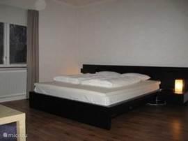Met een goed en ruim 2 persoons bed met binnenverings matras.