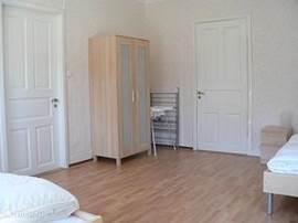 Vanuit de slaapkamer heeft u toegang tot de woonkamer en de keuken.
