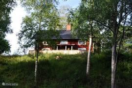 het huis vanaf de rivier gezien