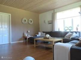 een ruime woonkamer met lounche bank