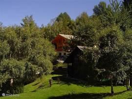 Le Sentier ligt net buiten het dorpscentrum, in een zeer rustige, groene omgeving.