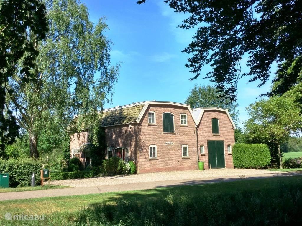 De Voorzorg is een landelijk gelegen vakantiewoning in een voormalige graanmaalderij. Bij de woning bevindt zich een grote tuin met een tuinhuis. Het huis staat tussen bossen en weilanden. De fiets en wandelroutes lopen langs het huis.