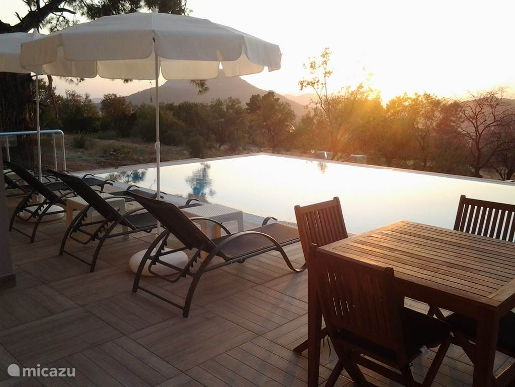 vanuit de woonkamer bieden 2 schuifpuien toegang tot het terras met privé zwembad en schitterend vrij uitzicht.