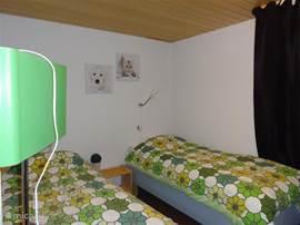 de kleinste van de 3 slaapkamers,  2 maal 1 persoons boxspring bedden een fijne (kinder) kamer wastafel en kast bedden kunnen gewenst naast elkaar geschoven deze kamer bevind zich naast de master bedroom