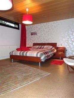 De master bedroom, auping bed 1.60 x2.00  Met een heerlijk lits jumeaux dekbed  Groot tv meubel met flatscreen tv en dvd speler..