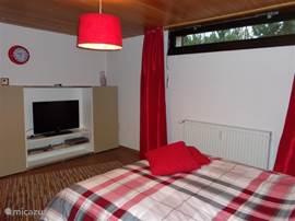 de master bedroom, hier ziet u het tv meubel met flatscreen tv en dvd speler, heerlijk toch om s,avonds voor het slapen gaan nog een een filmpje te kijken vanuit Uw heerlijke warme bedje!