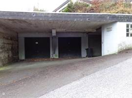 de middelste garage is voor prive gebruik van de villa