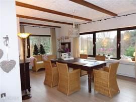 de sfeervolle living...denkt U zich eens in heerlijk ontbijten s,ochtends met een prachtig uitzicht! de eetkamer biedt u een heerlijke plek met genoeg ruimte voor 6 personen  door het mooie lichtinval in alle seizoenen een sfeervolle ruimte waar het heerlijk vertoeven is..