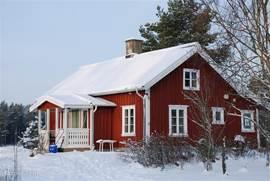 Huis en tuin in de winter. Ook dan is het lekker om op de veranda te zitten.