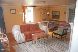 De knusse woonkamer biedt genoeg ruimte om in te relaxen, eten of slapen.