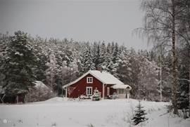 Winters tafereel zoals je het huis vanaf de weg ziet.
