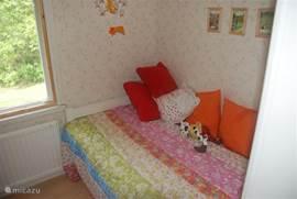 De kinderslaapkamer heeft 3 bedden.