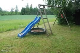 In de tuin zijn schommels, een glijbaan en genoeg andere speelmogelijkheden.