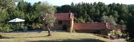 De twee vakantiehuisjes met rechts Casa do Forno en links Casa do Caseiro