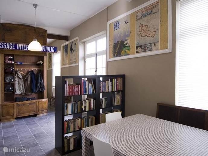 U komt binnen in de entreehal die eigenlijk nog geheel in de originele staat verkeerd, met de mooie oude reclameposters, geëmailleerde borden en de loketten.
