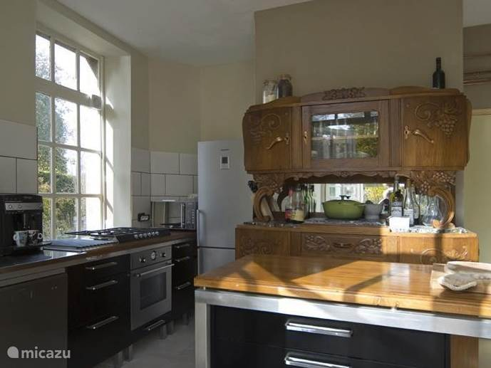 De ruime keuken is van alle moderne gemakken voorzien.