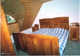 achterste slaapkamer met 2 persoonsbed en een grote linnenkast uitzicht op de tuin, Balatonmeer en bergen