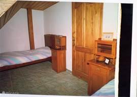 middelste slaapkamer met 2 1 persoonsbedden met uitzicht op de tuin, het Balatonmeer en bergen