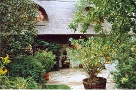 zijkant en ingang van de wijnboerderij