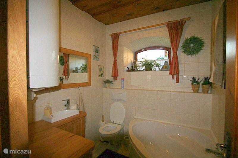 Badkamer beneden met hoekbad, toilet en wastafel