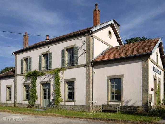 Vooraanzicht van het station van Monthureux sur Saône.