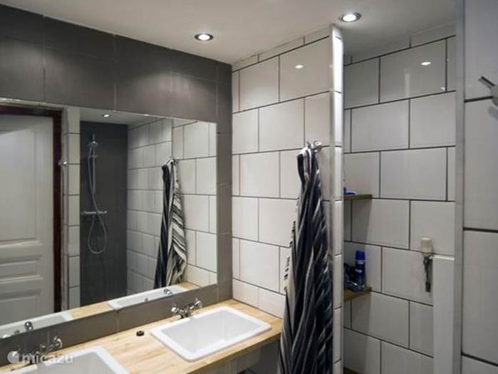 En evenals de douche volledig gerenoveerd.