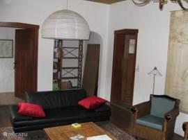huiskamer met de oude bar [ nu bibliotheek]
