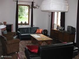 ruime woonkamer, voorste bank is ook 2 persoons slaapbank [ voor evt uitbreiding naar 6 personen ]