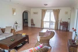 Nog een keer de woonkamer met rechts de keuken (net niet zichtbaar) en links de doorgang naar de hoofd slaapkamer.