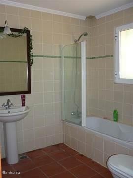 Badkamer met directe toegang vanuit hoofdslaapkamer