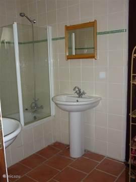 Tweede badkamer: ligbad met douche en 2 wastafels