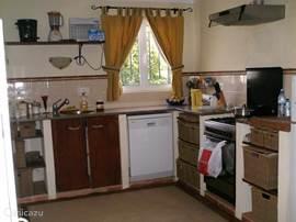 Keuken met oven, vaatwasser, magnetron, broodrooster, etc en toegang tot bijkeuken voor voorraden, servies en wasmachine