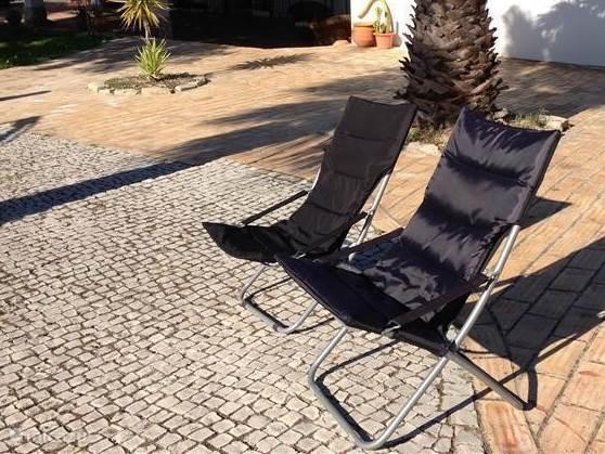 Zonnen is de hele dag mogelijk. Rondom het huis zijn verschillende terrassen om van het weer te genieten. Zoals hier te zien is, ook onder de palmen.