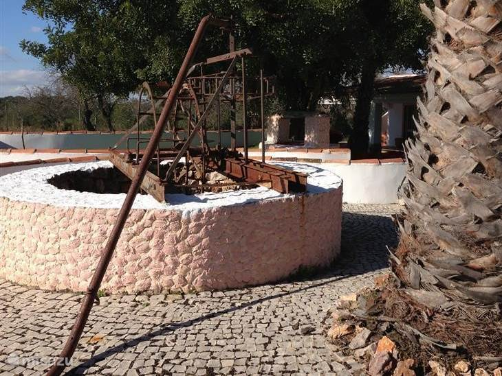 De waterput met de antieke ezelsmolen