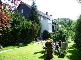 Achteraanzicht huis met tuin