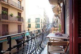 balkon met zitje, heerlijk met een glas cava!