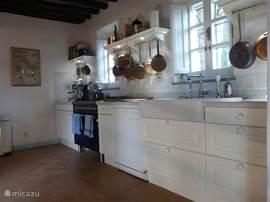 ruime keuken met twee ovens