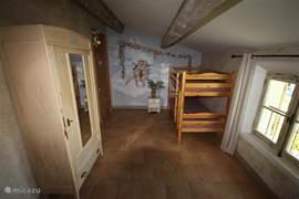 De kinderslaapkamer met stapelbed