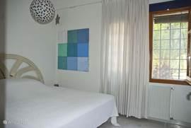 Deze slaapkamer kijkt uit op het toegangspad van villa Solvina