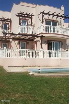 Luxe ingerichte vakantie villa met groot terras waarop een vaste barbecue. In de tuin bevindt zich het privé zwembad.