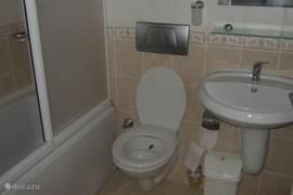 Deze badkamers bevinden zich zowel op de begaande grond als op de eerste verdieping.