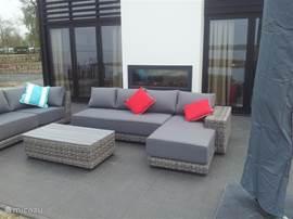 Lounge set op het terras inclusief zonnescherm.