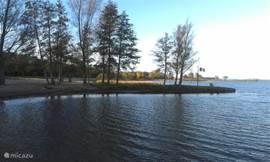 De kustlijn is 1.5 km lang en geeft veel mogelijkheden voor watersport