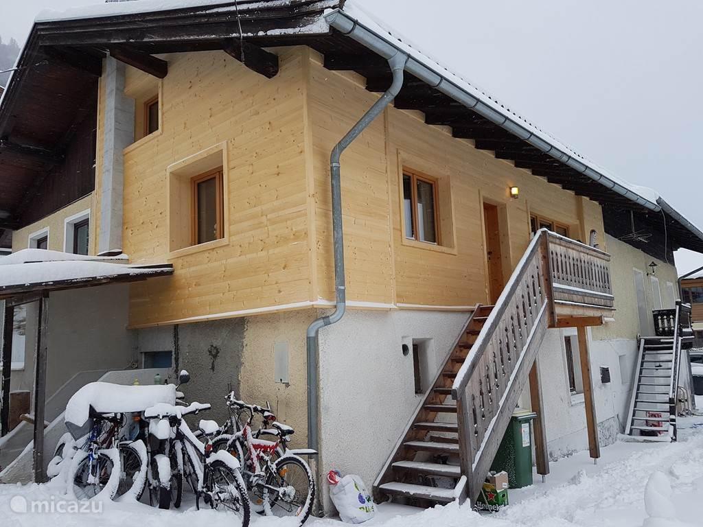 Het appartement vanuit buiten gezien in de winter van 2016/2017